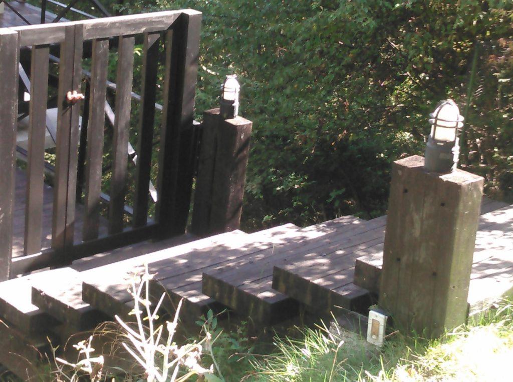 枕木の階段のマリンランプ