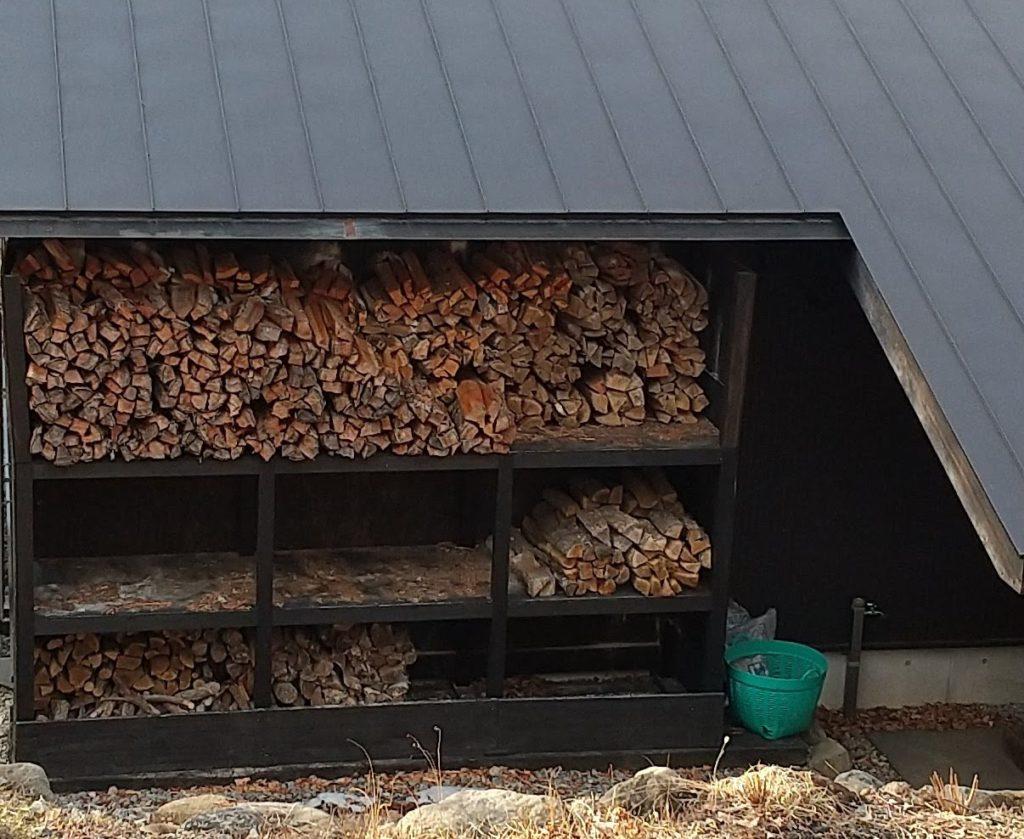作り付けの薪棚