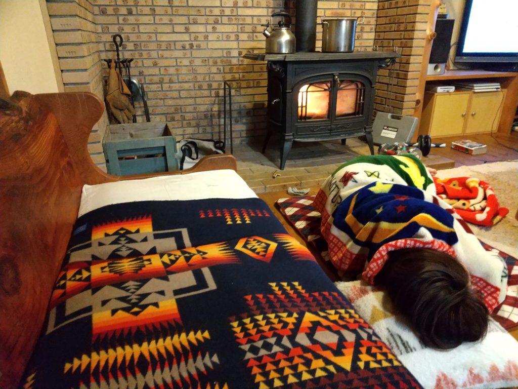 薪ストーブで居眠り