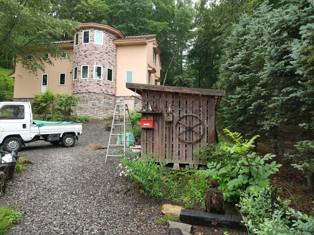 ポリカ波板の屋根の薪小屋
