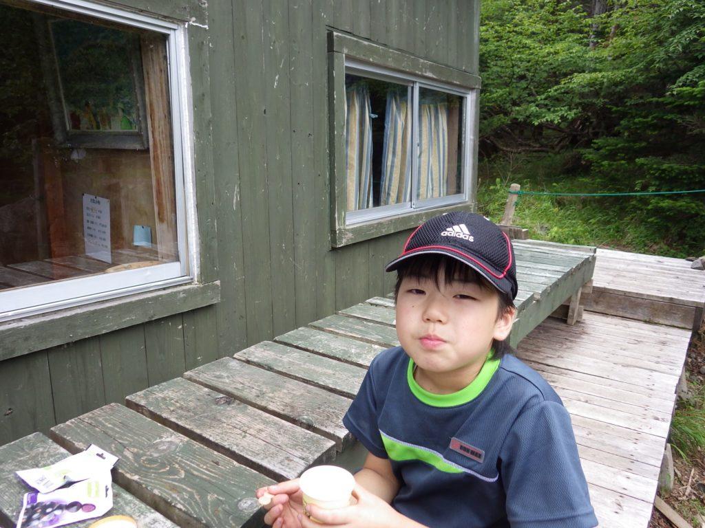 蓼科山荘でアイスを食べる