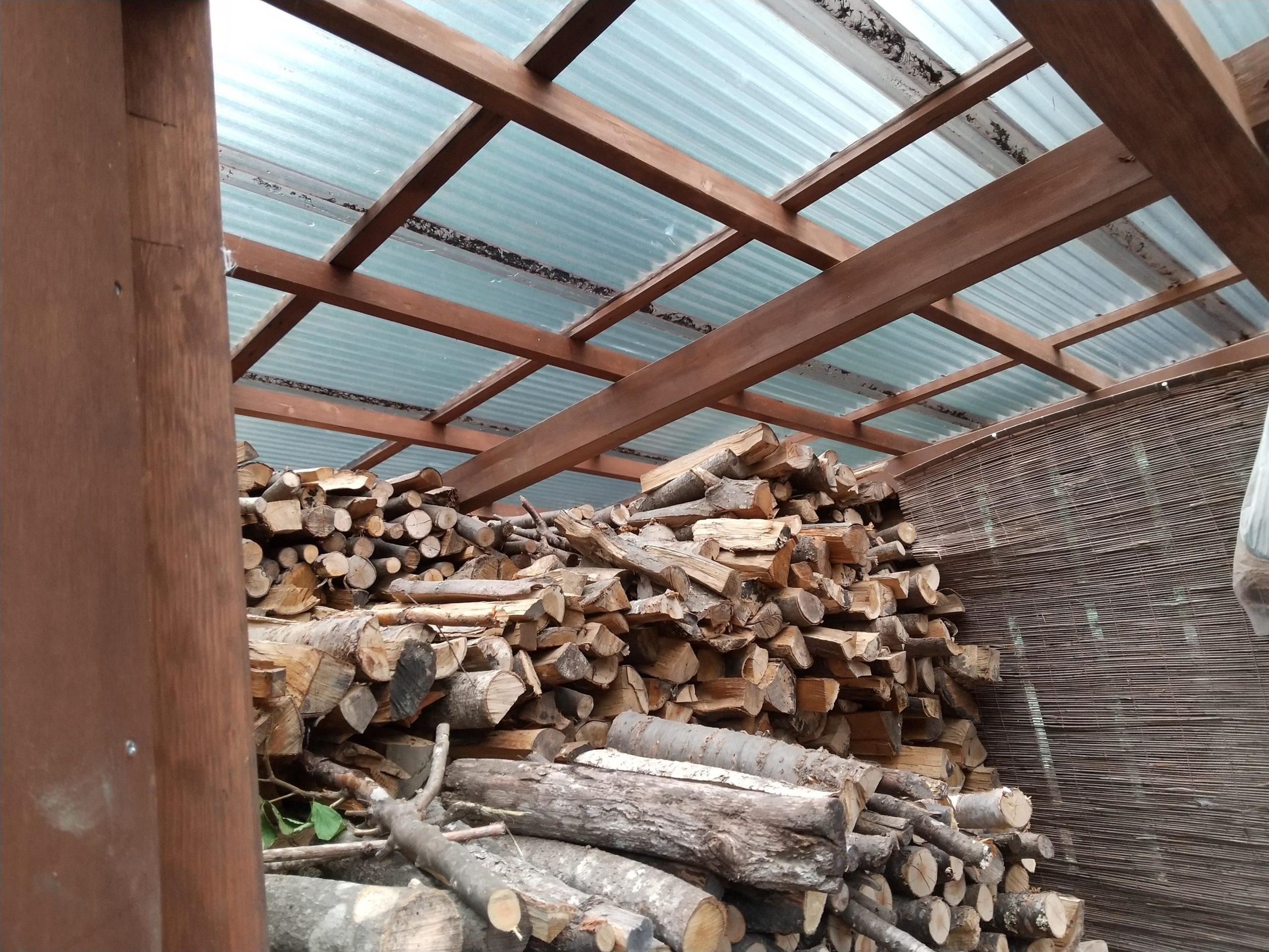 薪小屋の屋根