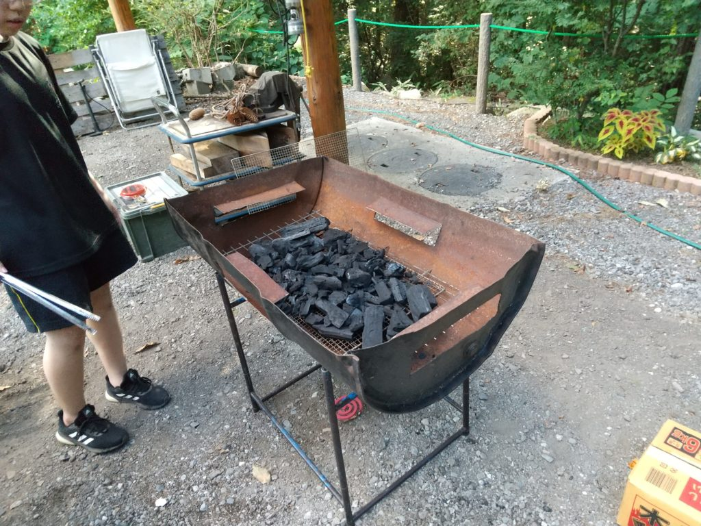 バーベキューコンロに炭を入れる