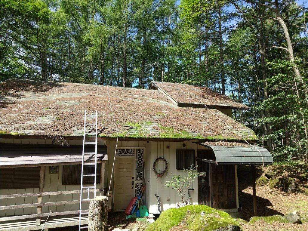 落ち葉の積もった屋根