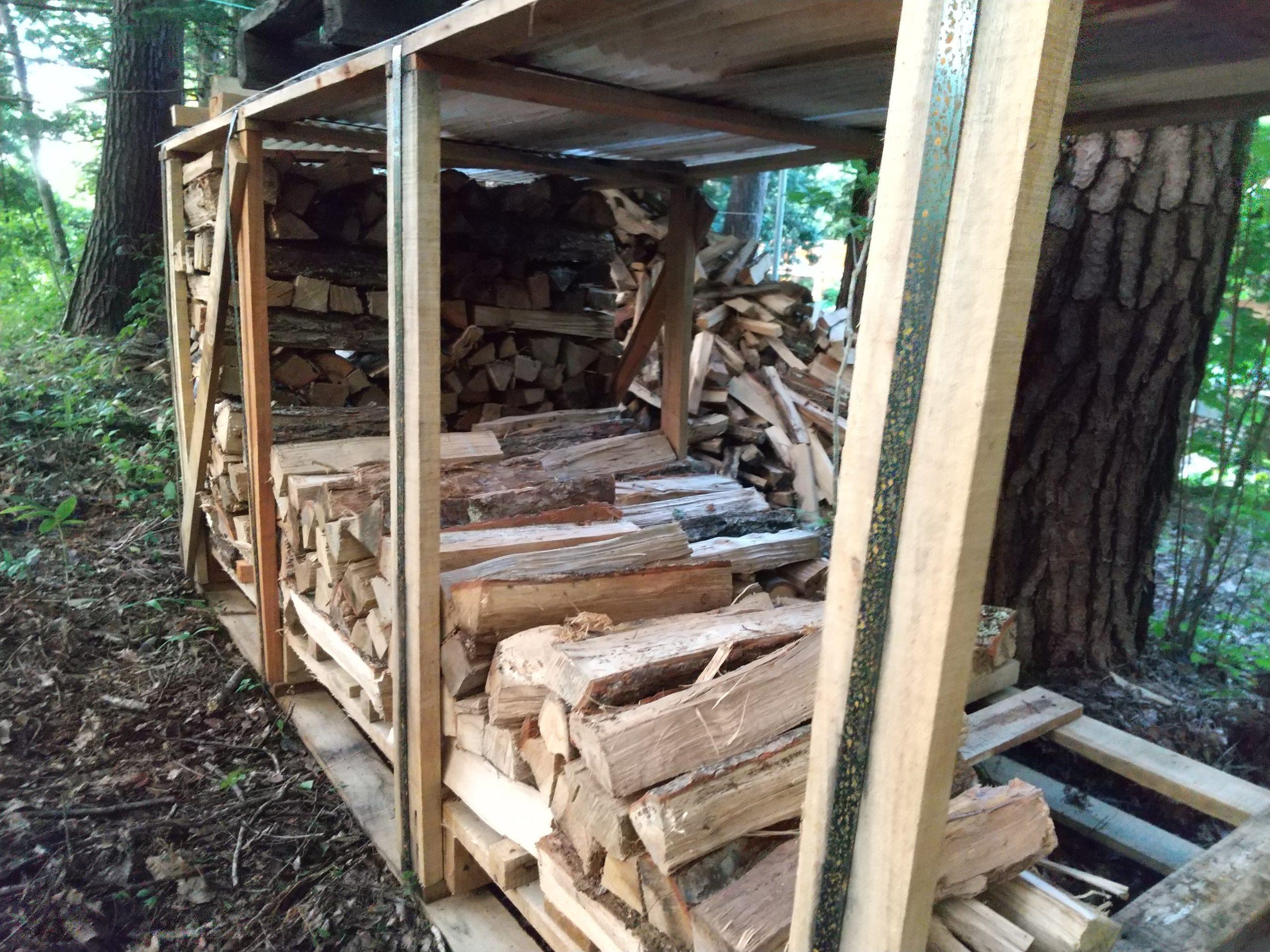 廃パレットに薪を積む