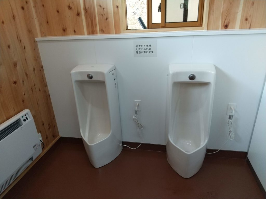 御射鹿池男子トイレ内部