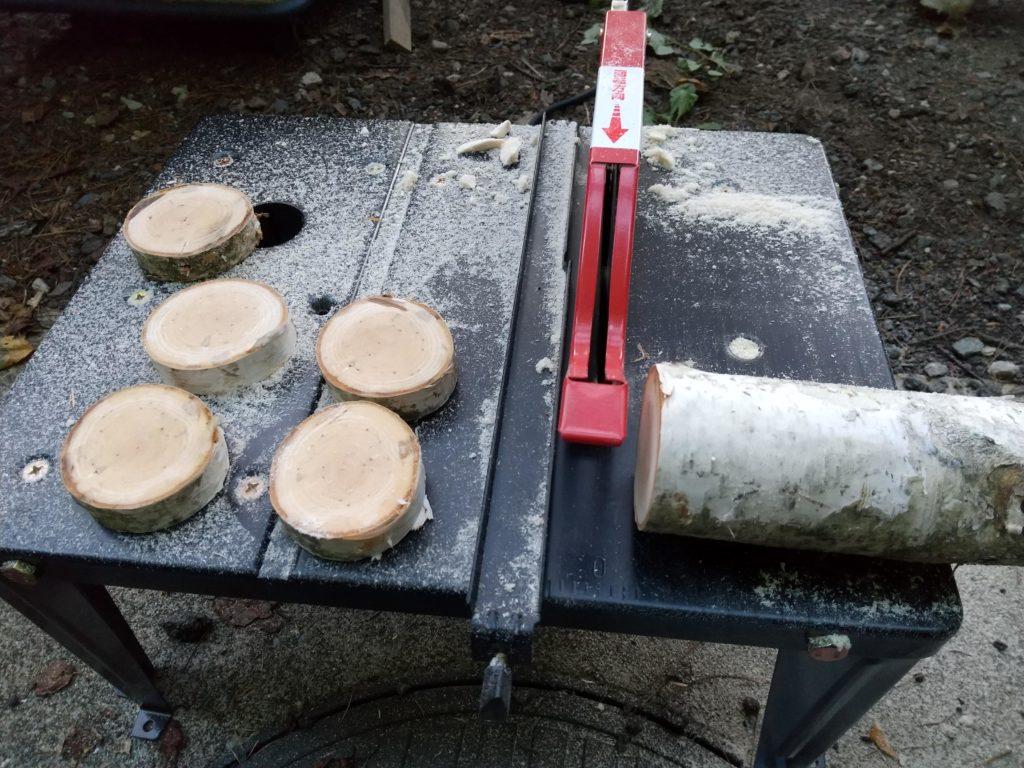 丸のこ盤で白樺を切る