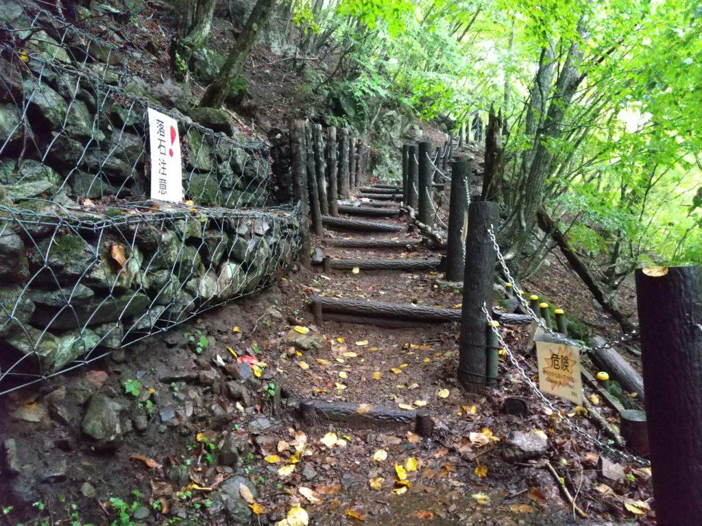 王滝に向かう登山道