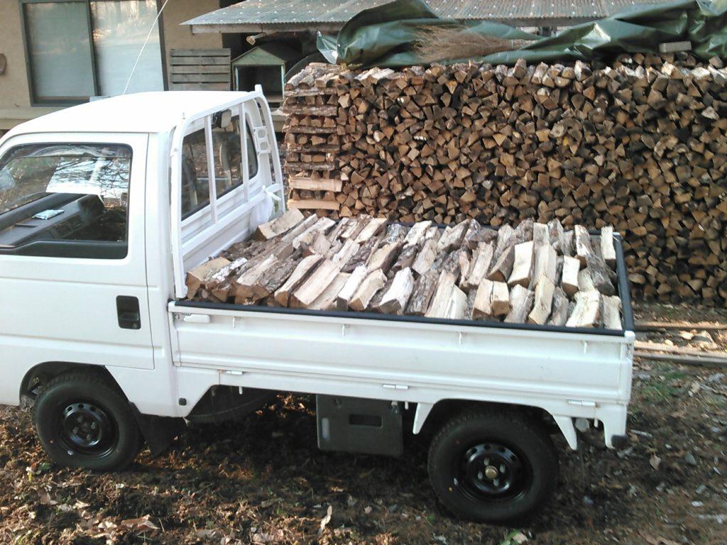 軽トラックに薪を積む