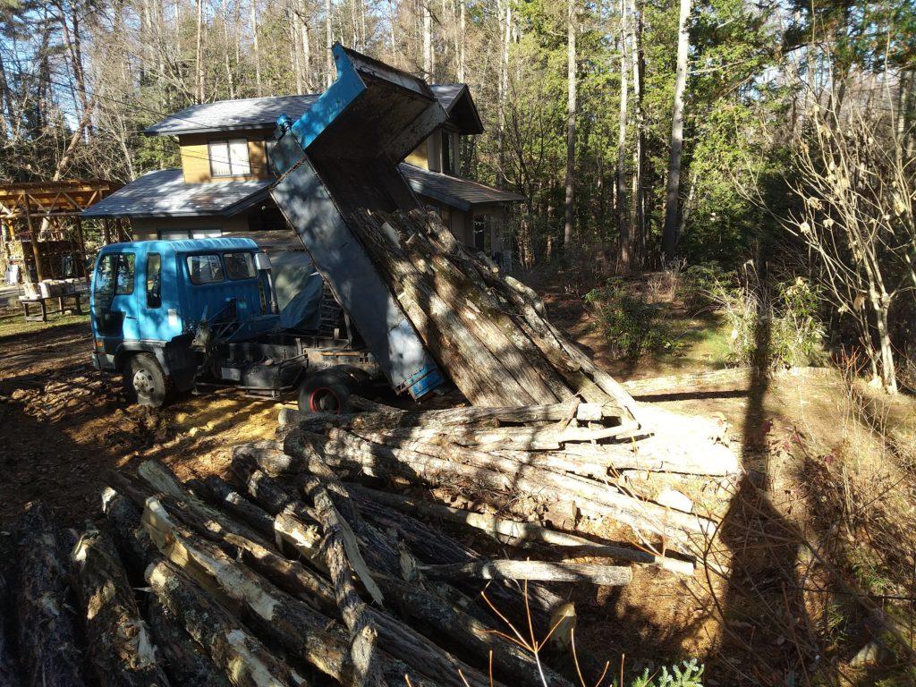 ダンプでの原木搬入