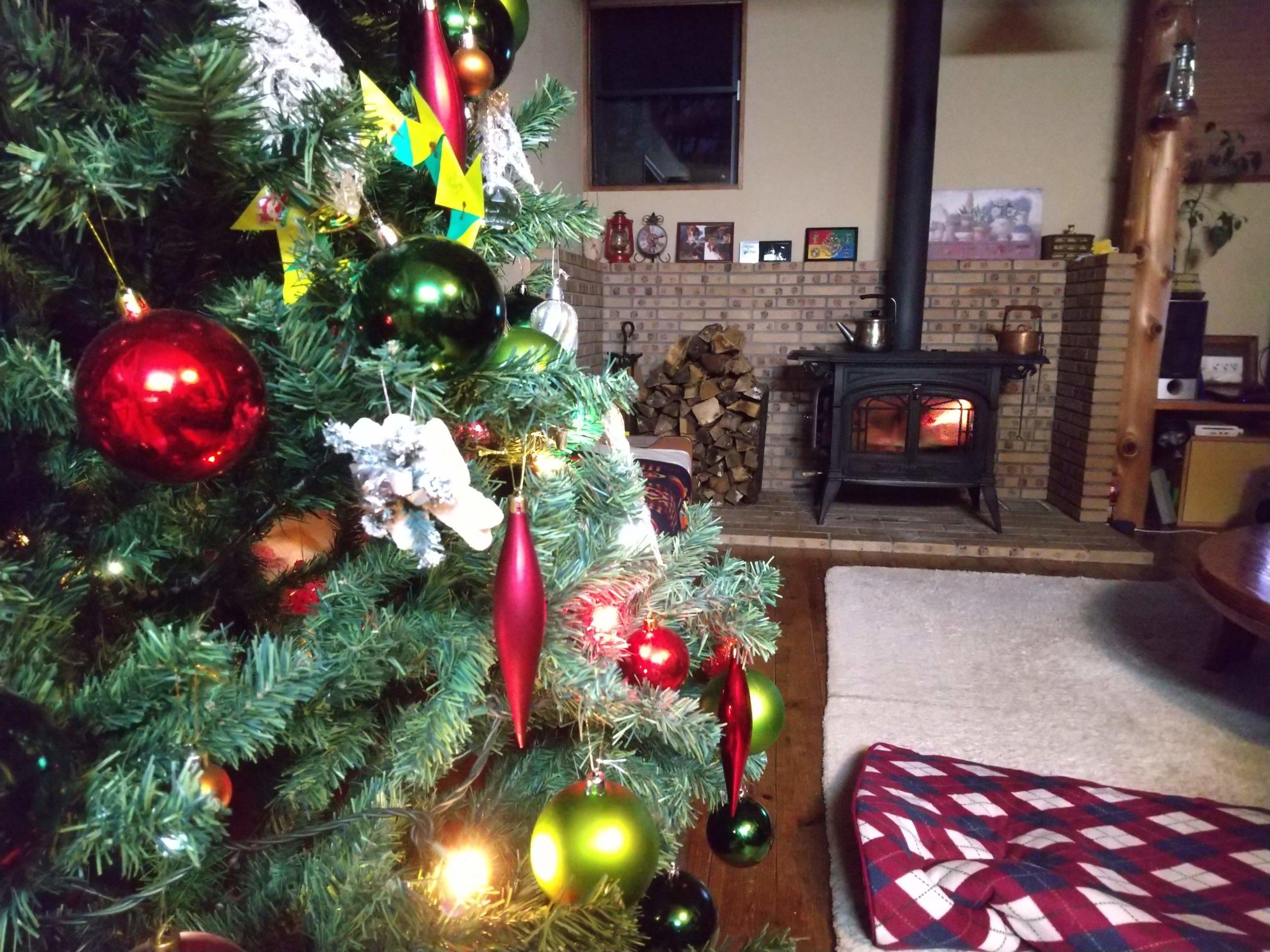 薪ストーブとクリスマスツリー