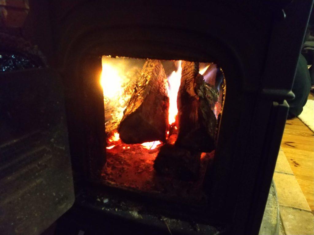 乾いた薪はよく燃えます