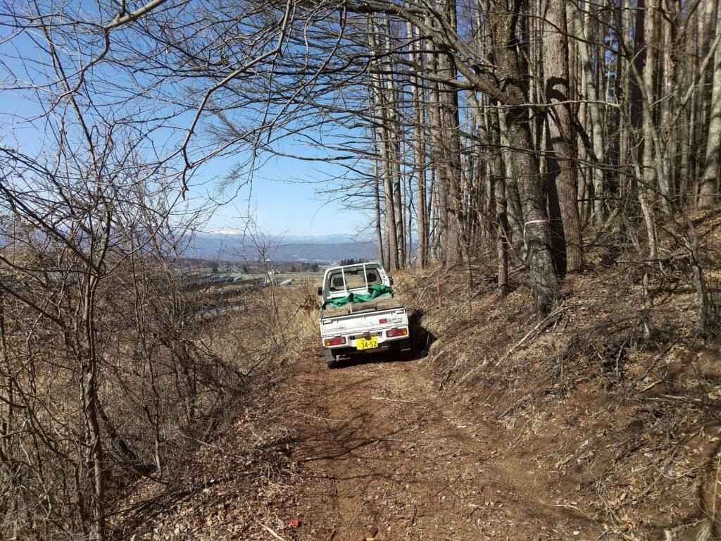 山道を行く軽トラ