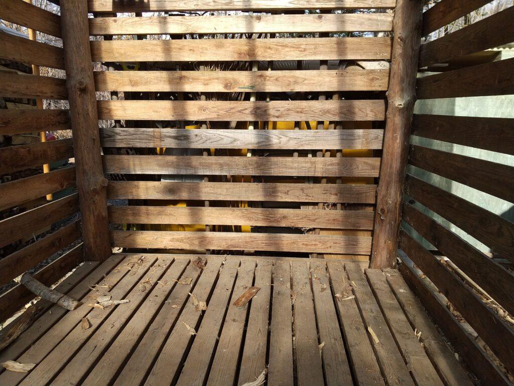カラの薪小屋