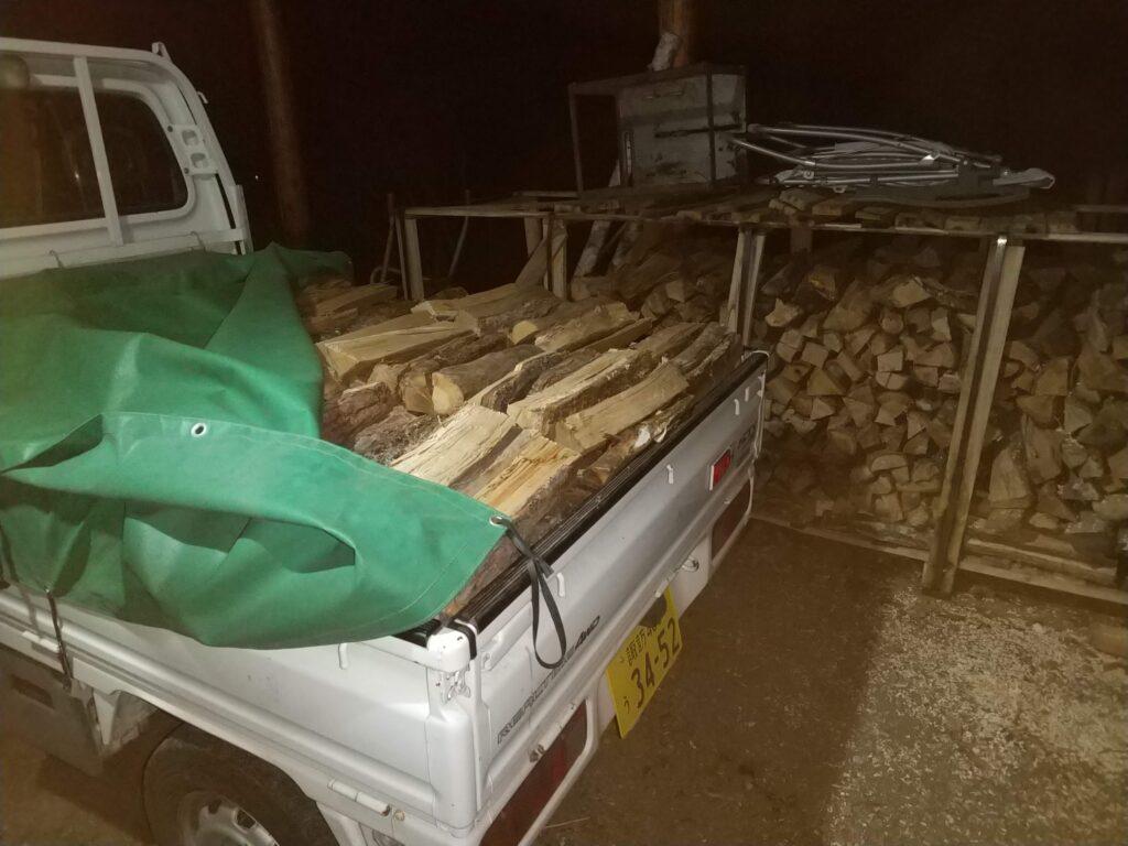 夜に薪を積む