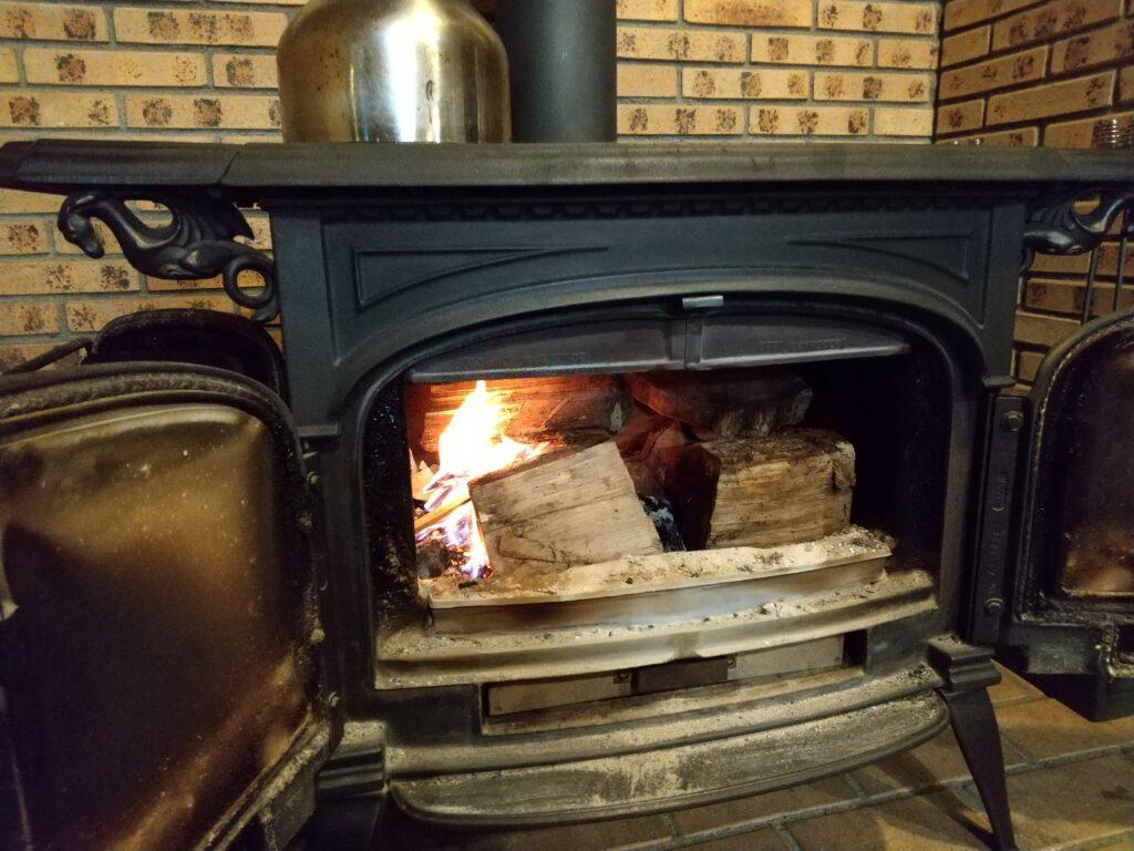 コロ薪を燃やす