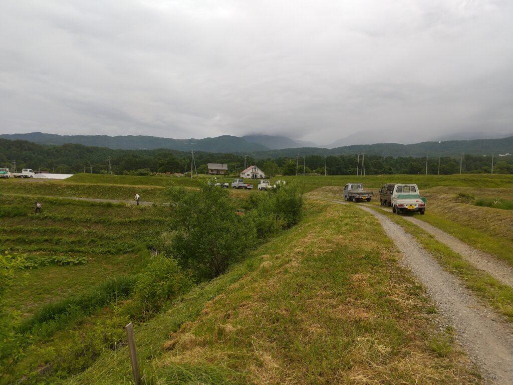 農道と軽トラック